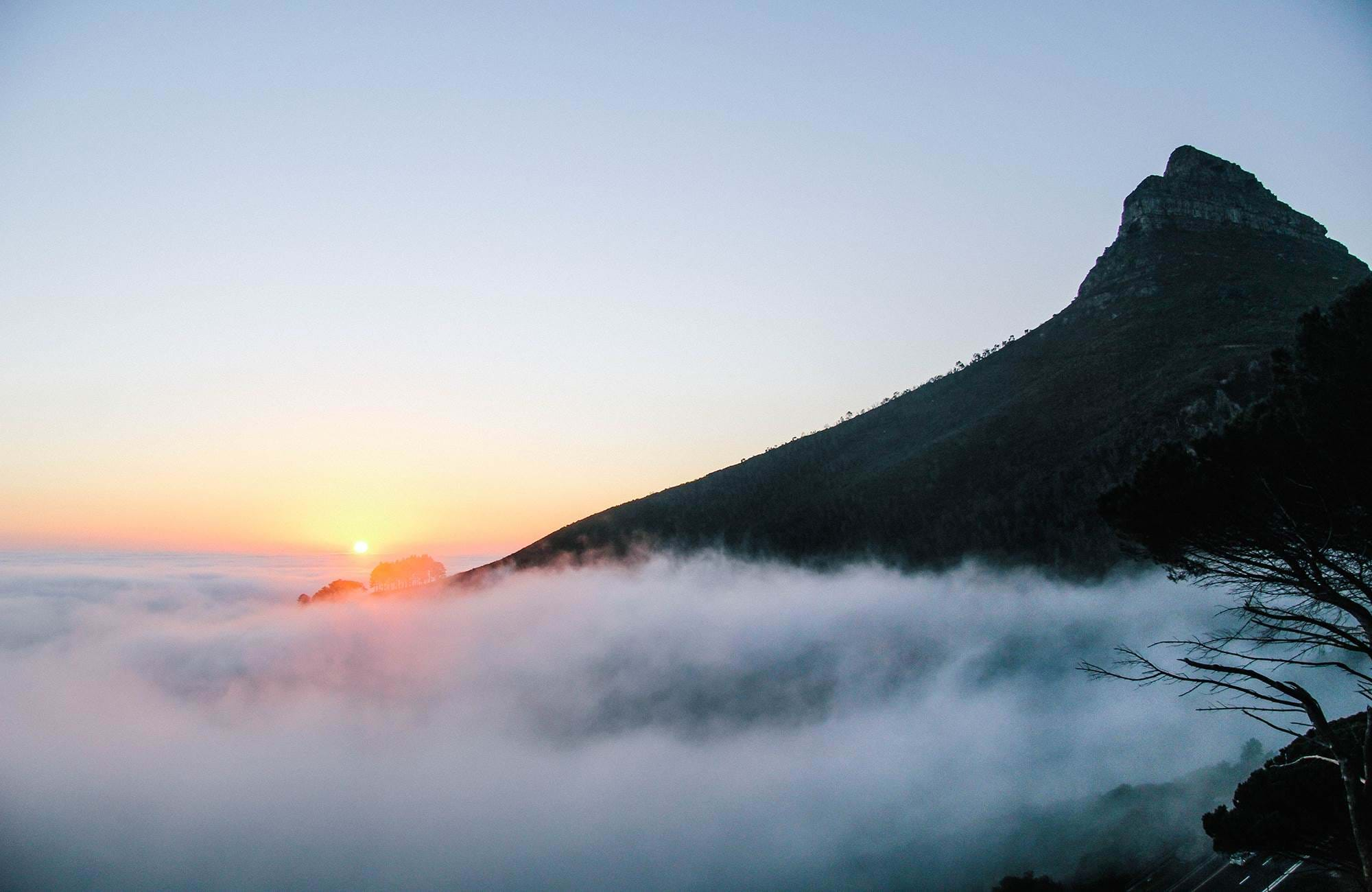cape-town-mountain-view-with-fog-cover
