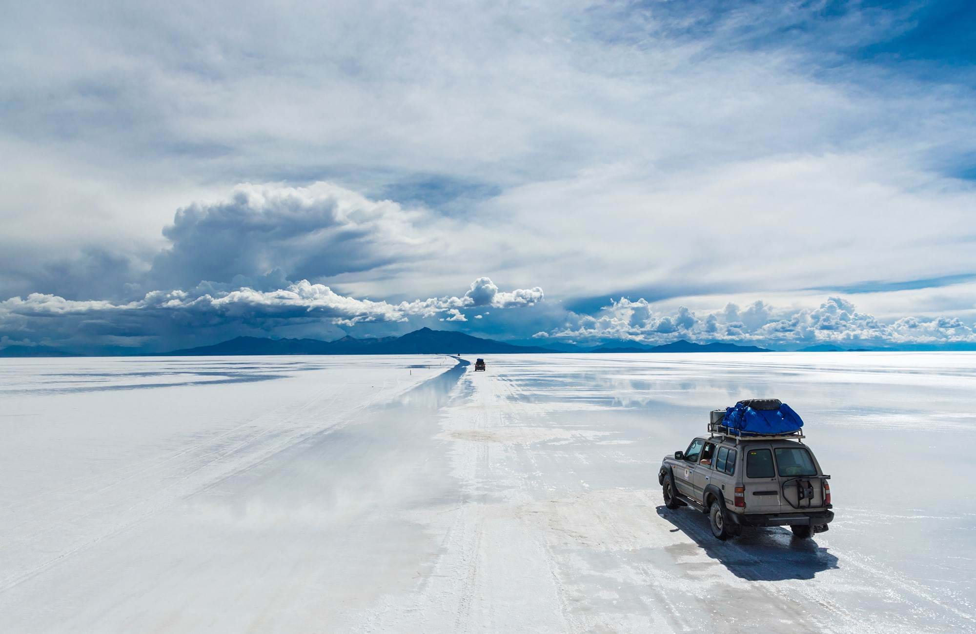 bolivia-salar-de-uyuni-of-road-cars-driving-in-the-white-landscape