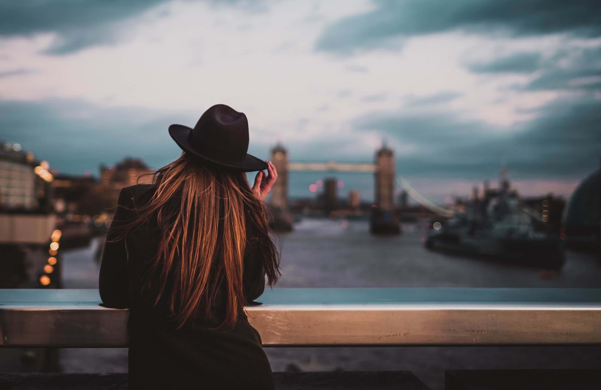 london-river-thames-student-girl-with-hat