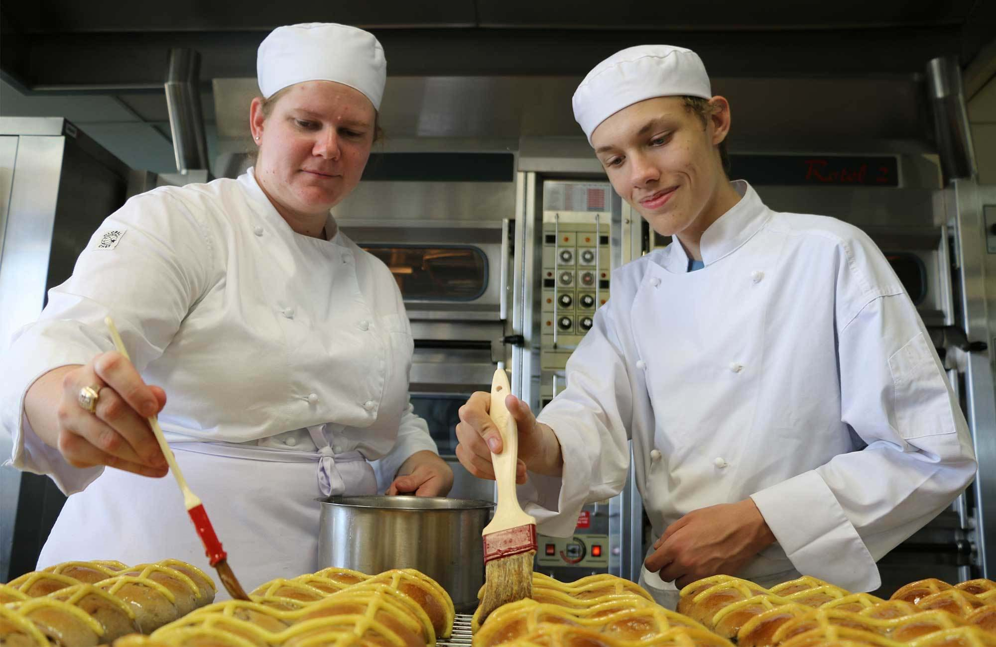 tafe-queensland-students-in-baking-class-cover